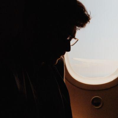 機内の男性