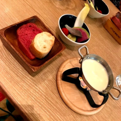 チーズフォンデュサラダと焼き立てパン