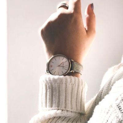 腕時計をはめた女性