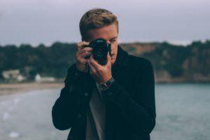 写真撮影するカメラマン(28歳)