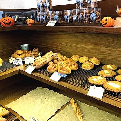 ハロウィンの装飾とパンの棚