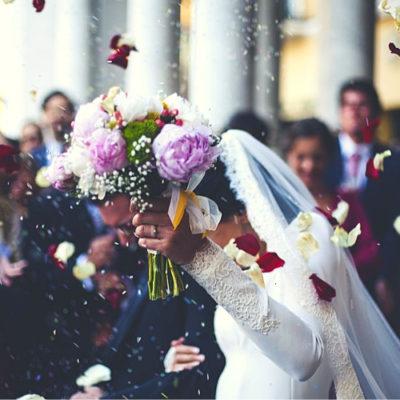 ブーケを掲げる花嫁