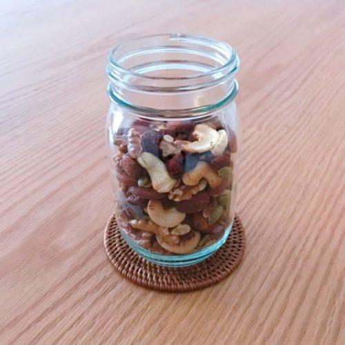 乾いた瓶へナッツをあたたかいまま投入する