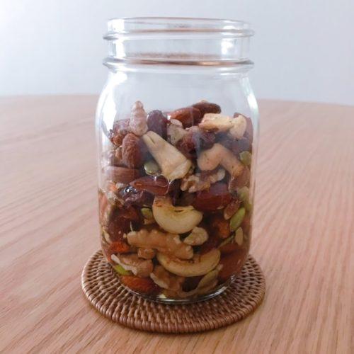 瓶の中のナッツへ蜂蜜が浸透していく