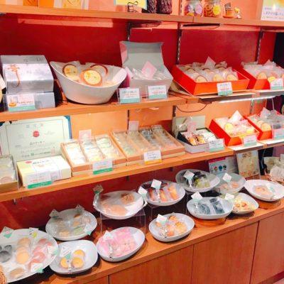 焼き菓子の陳列棚