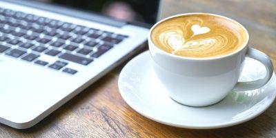 カフェで作業中の飲食