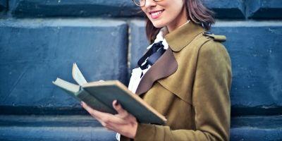 事業に関連する書籍を読む人