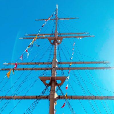 帆船のマストのモニュメント