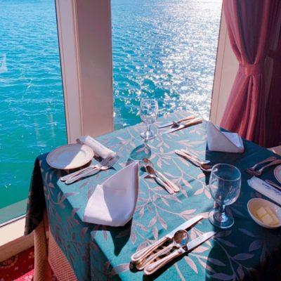 レストランの窓際の席