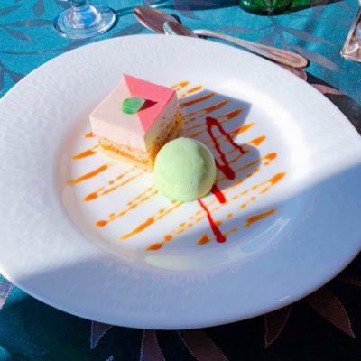苺・木苺・ブルーベリーのケーキとピスタチオアイスクリーム