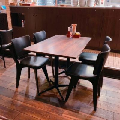 ブラッカウズのテーブル席