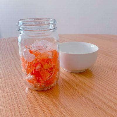 フルーツの上へ氷砂糖を入れる