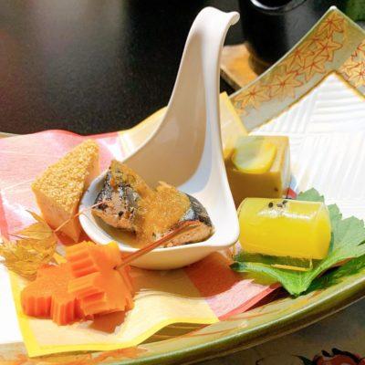 前菜「秋刀魚霙煮」「黄金丸十」「鶏松風」「栗胡麻豆腐」「紅葉松葉串」