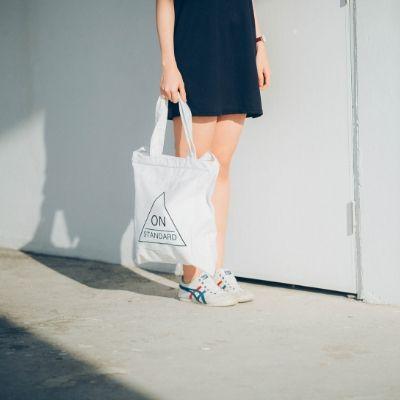 袋を持つ女性