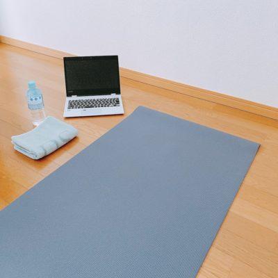 パソコン・ヨガマット・タオル・お水