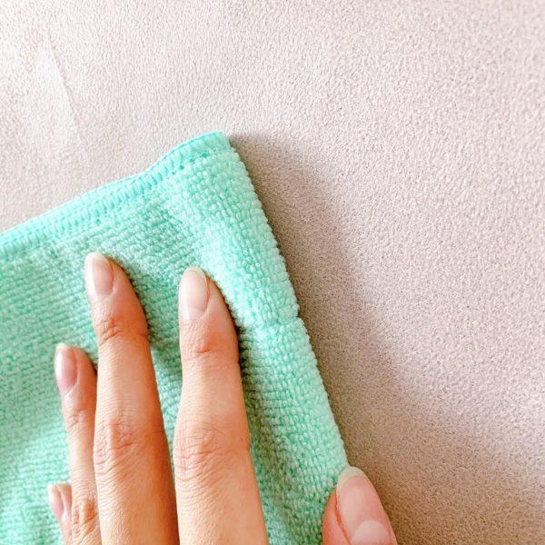 乾いた布で表面の水滴を拭き取る